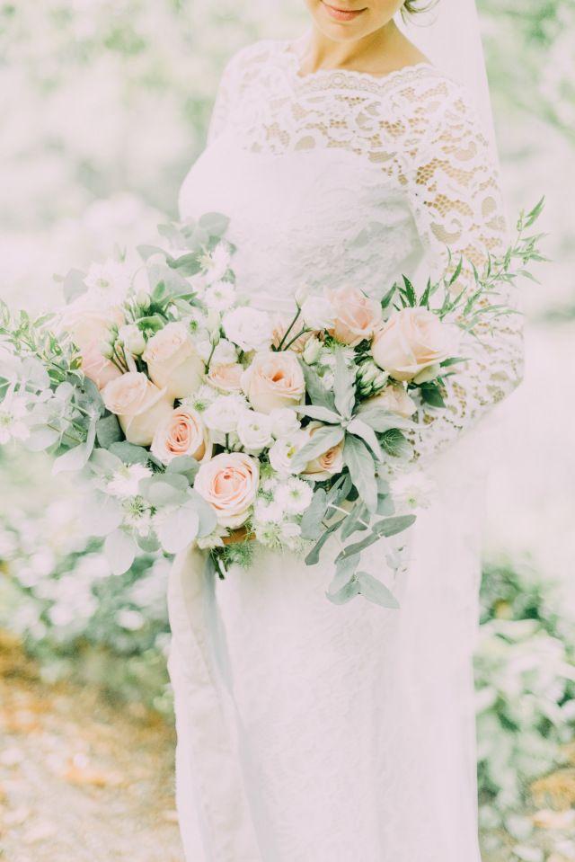 Credit: Fotosolo - huwelijk (ritueel), bruid, bloemstuk, bruids, bloem (plant), huwelijk (burgerlijke staat), hoofddeksel, viering, bruidegom, liefde, ornament, rozen, romance (relatie), romantisch, betrokkenheid, natuur, mooi, ceremonie, bloemen, newlywed