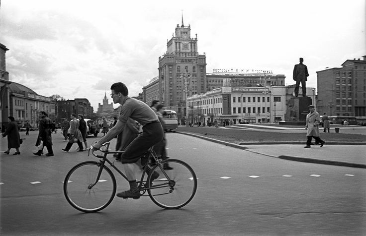 Велосипедист на площади Маяковского, 1958 год