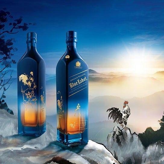 """Yeni yılınız kutlu olsun!! """"Kutlamak için yaklaşık 1 ay geç kaldın"""" demeyin zira Çin'de yeniyıl dün başladı. 12 hayvanlı Çin takvimine göre Horoz Yılı kabul edilen bu özel günün anısına çıkarılan Johnnie Walker Blue Label şişeleri gerçekten çok şık olmuş. Profilimdeki linkte şişelerin hikayesini okuyabilirsinizReklam filmini izlemeyi de ihmal etmeyin gerçekten çok zarif ve duygusal bir film olmuş. Horoz Yılı'nın şans ve bolluk getirdiğine inanılıyor. Yeni haftada ben de hepimize iyi şanslar…"""