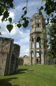 Abbaye de Charroux, 1) HISTORIQUE, 19: Il compte 213 établissements. Au milieu du siècle, l'église abbatiale est embellie par la construction d'un portail gothique monumental. L'aile E des bâtiments conventuels est restaurée. En 1270, Hugues XII de Lusignan autorise l'extension de la clôture monastique. Toutefois, durant cette seconde moitié du 13°s, l'abbaye connaît des revers économiques, contrôlant difficilement des biens dispersés.