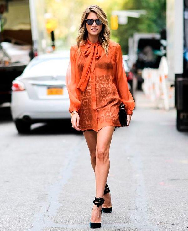 A blogueira Helena Bordon com look laranja queimado e transparência.