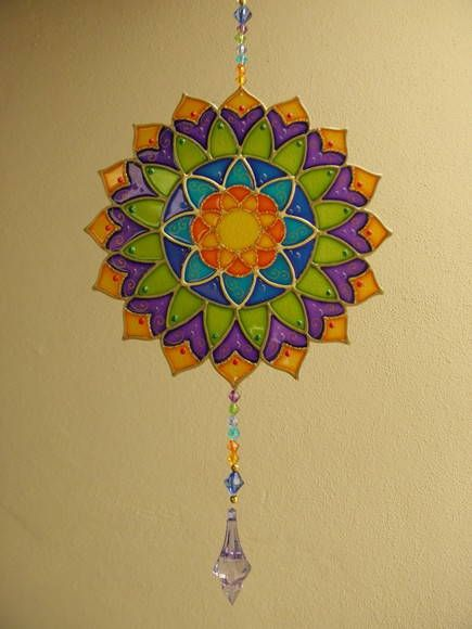 Mandala em PVC com técnica de pintura vitral - com 15 cm de diâmetro  MANDALAS