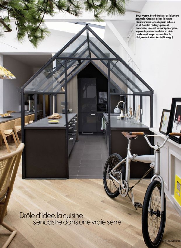 La grande originalité de ce loft est d'avoir placé la cuisine dans une serre de jardin, ce qui permet de profiter de la lumière de la verrière. Il s'agit d'une simple serre de jardin achetée en kit, peinte en noir et montée autour d'une cuisine Ikea.  L'autre spécificité moins criante, mais tout aussi original, est d'avoir posé le parquet en biais, ce qui casse l'alignement.