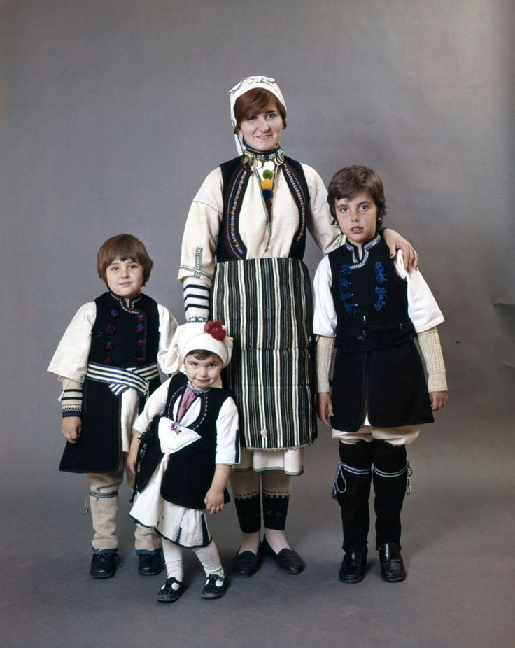 Description Family wearing costumes of the Florina villages of Akritas and Alona. Peloponnesian Folklore Foundation