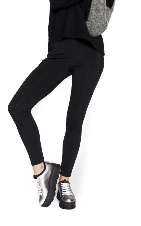 Pantalon Fuseau Stretch Balenciaga Ce fuseau noir est signé Balenciaga Automne-Hiver 2017-2018. Pantalon noir moulant en viscose, élastiqué à la taille avec deux poches zippée sur les côtés. Coutures sur le devant.