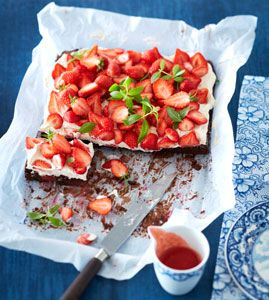 Erdbeer-Brownie-Kuchen - Backen mit Erdbeeren - [LIVING AT HOME]