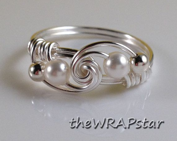 Bague en perle blanc fil enroulé bijoux bague pêche à la main Wire Wrap bague fil enroulé bague bijou féminin Pastel fait main ITEM0311 =========================  ► Fil enroulé bague perle  Perles en cristal Swarovski ► - votre choix de 9 couleurs (voir photo #4)  ► Argent plaqué fil - ternissure, hypoallergénique, sans plomb, sans nickel  ► les tailles personnalisées de 4,5-10 avec demi-pointures  ► Prêt pour Gifting dans un curseur adorable petite tin   Chaque article est fait sur mesure…