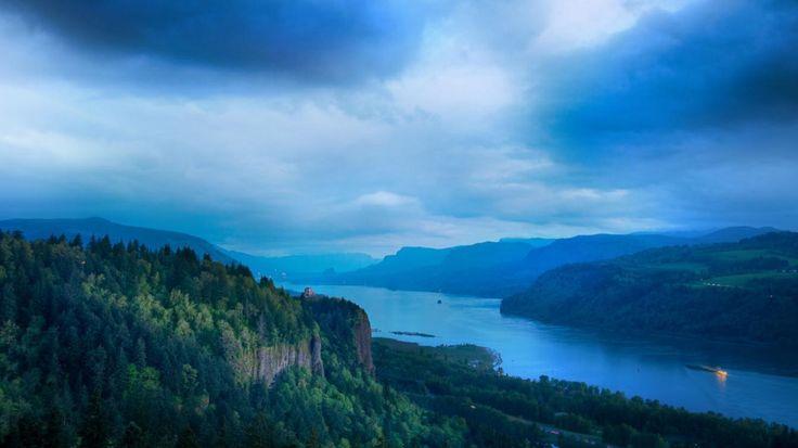 Yeşil Vadi ve Mavi Gökyüzü Manzarası