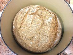 Hoy preparamos una muy fácil y deliciosa receta de pan casero en olla de hierro fundido al horno. Harás en casa un pan perfecto como de panadería