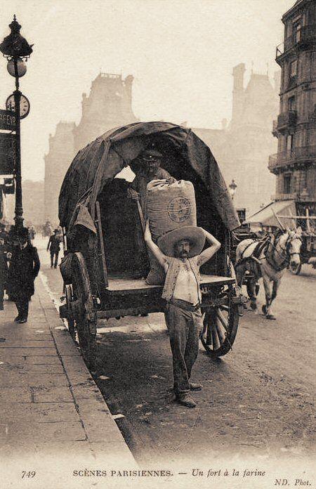 Les petits métiers du Paris d'antan Un fort à la farine, aux Halles...