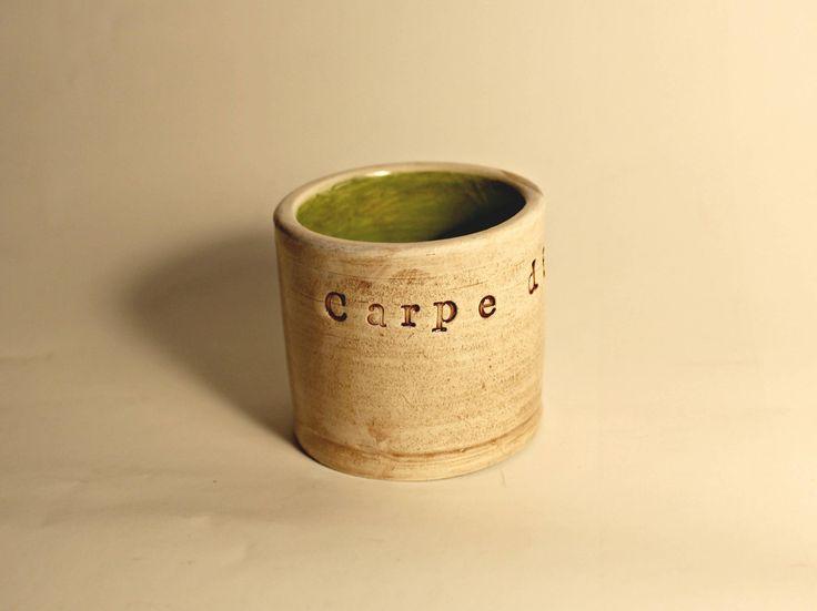 Tazzina per caffè espresso , regalo per amanti del caffè, aforisma latino,  fatta a mano pezzo unico, bicchierino di liquore , Carpe diem di ClaylArt su Etsy
