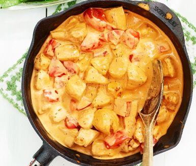 En snabblagad, enkel och härligt krämig kycklingpanna med timjan blir den perfekta vardagsmiddagen för hela familjen! Kycklingpannan gör du av bland annat kycklingfiléer, tomater, crème fraiche och timjan och serverar med nykokt ris och sockerärter. Smarrigt!