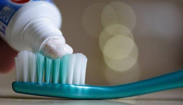 Si crees que la pasta de dientes es sólo para mantener sana y brillante tu dentadura,has estado en un error toda tu vida. Como muchas de las cosas que tenemos en casa, el dentífrico tiene sorprendentes usos que te ayudarán en el hogar y en el mantenimiento de tu belleza. Checa de lo que te […]