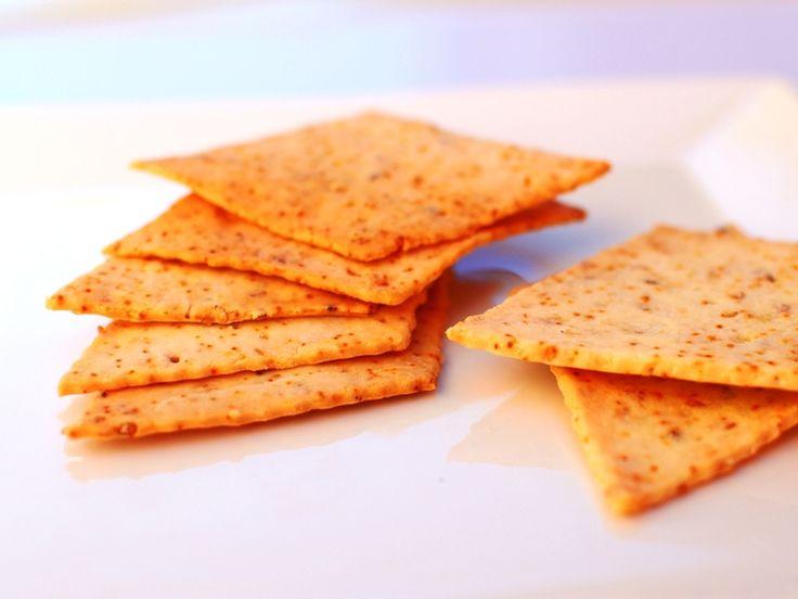 Receta vegana de crackers sin gluten. Pueden ser buen complemento de tus comidas o la base de un tentempié saludable. Imprescindibles!