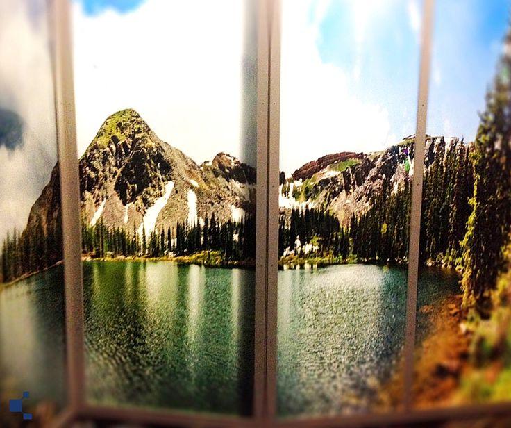 Una grande finestra vista lago, anche quando è chiusa. Anche questo si può fare! Decorazione su vetro di Vetreria Noventavetro /// An awesome view of a lake from your window, even when it's closed. It's possible too! Glass decoration by Vetreria Noventavetro
