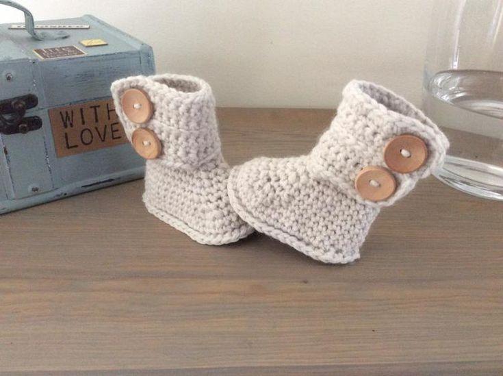 Stoere babyslofjes model Ugg laarsjes met dubbele knoopsluiting naar eigen patroon/ontwerp. In diverse kleuren en voetzoollengtes mogelijk. Klaar voor € 9,95 via mijn site.