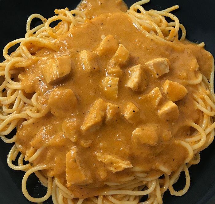 A klasszikus vadas nagy kedvencem, finom zsemlegombóccal, de csak 1-2 évente készítem, mert nagyon hosszadalmas és nem igazán van rá időm. Ezért kerestem alternatívát, amivel időt és pénzt is spórolok egyszerre. Ráadásul, ha szénhidrát csökkentett spagettit, édesítőszert és cukormentes mustárt teszel bele, bármelyik diétába beépíthető!