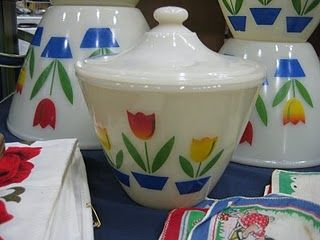 """Fire King """"Tulips"""" bowlTulip Bowls, Mixed Bowls, Kitchens Collection, King Tulip, Vintage Pyrex, Kitchens Bowls, Fire King, Vintage Tulip, Retro Kitchens"""