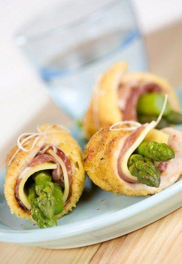 Rollitos de pollo con esparragos - Recetas con esparragos - ¡Conviértete en una adicta a los rollitos con esta receta! Escondidos entre la carne y finas lonchas de queso fundido, los espárragos aportan un toque de frescor a esta receta...