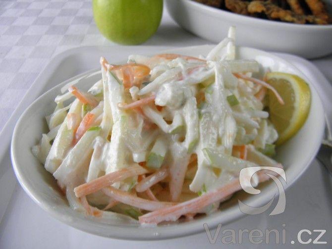 Vyzkoušejte recept na salát plný vitamínů z jablek, celeru a mrkve se zakysanou smetanou.