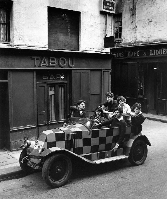 Robert Doisneau // Saint Germain des Prés -   Yves Corbassière dans sa voiture à carreaux, Paris 1948