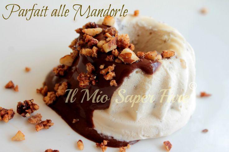 Ricetta Parfait alle Mandorle Semifreddo con uova pastorizzate: un dolce al cucchiaio siciliano. Tante mandorle caramellate e una golosa salsa al cioccolato