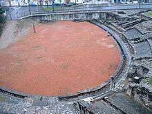 L'amphithéâtre des trois Gaules, avec au fond le poteau évocateur des martyrs de Lyon en 177.