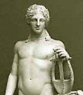 Apolo Dios de la música, la poesía, el arco y de los hombres jóvenes solteros. Patrón de las bellas artes, acostumbraba a tocar la lira. Hijo de Zeus y Leto; hermano gemelo de Artemisa. Patrocinador del oráculo de Delfos. A menudo era llamado dios del sol (y se le llamaba entonces Helios), pues conducía todos los días su carro llevando el sol de oriente a occidente.