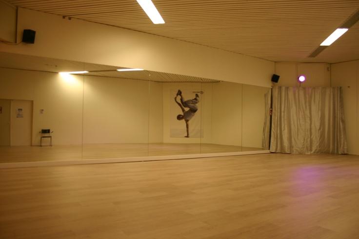 We hebben een aparte dansstudio waar in samenwerking met Max studio's danslessen worden gegeven.