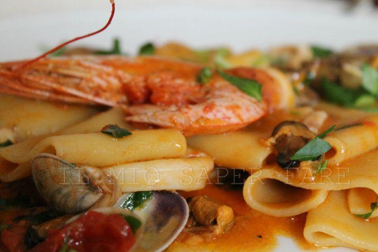 Paccheri allo scoglio sono una delizia per gli occhi e per il palato. E' un primo piatto a base di frutti di mare, molluschi e pomodorini.