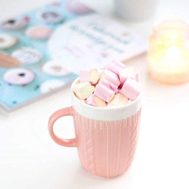 Same słodkości na dzisiejszy wieczór  w koncu mam czas przeglądnąć przepisy @lilinatura i trochę odpocząć od codzienności  a wy co porabiacie dziś wieczór? Dom czy wyjściowe?  #perfectevening#lilinatura#cukierniakosmetyczna#sweets#eveninglikethis#guiltypleasures#autumnmood