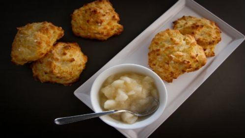 Biscuits au cheddar, compote de pommes au romarin