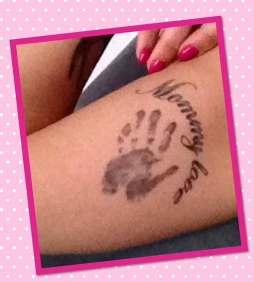 """paradiso82  #casttattoo  In redazione stanno arrivando tantissime foto di tatuaggi con storie bellissime.  Grazie a tutti e continuate così!  Ecco il tatuaggio di """"paradiso82"""".  """" Questo tattoo rappresenta la piccola mano del mio bambino quando aveva appena 8 giorni. Ora mio figlio ha 3 anni e spesso misura la sua mano qui sulla mia pelle per controllare quanto è cresciuto… Io lo osservo e penso:""""Amore di Mamma"""" """"  http://tattoo.codcast.it/"""