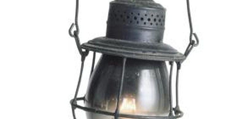 Cómo hacer aceite para lámparas en casa. Hacer tu propio aceite para lámparas te permitirá ahorrar dinero y lo podrás hacer con elementos que tienes en tu hogar. Las lámparas de aceite se pueden utilizar para una variedad de propósitos, por ejemplo, pueden proporcionar luz durante los apagones, o incluso brindar un ambiente agradable para una cena romántica. Hay dos elementos caseros ...