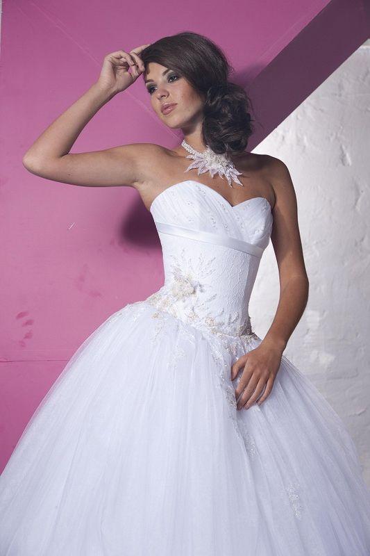 Свадебное платье: Карен - http://vbelom.ru/catalog/svadebnoe-plate-karen/ Пышное свадебное платье, расшитое узорами.  Великолепное свадебное платье с пышной юбкой. Корсет расшит узорами, на спинке шнуровка. Топ декорирован лентой в тон платья.