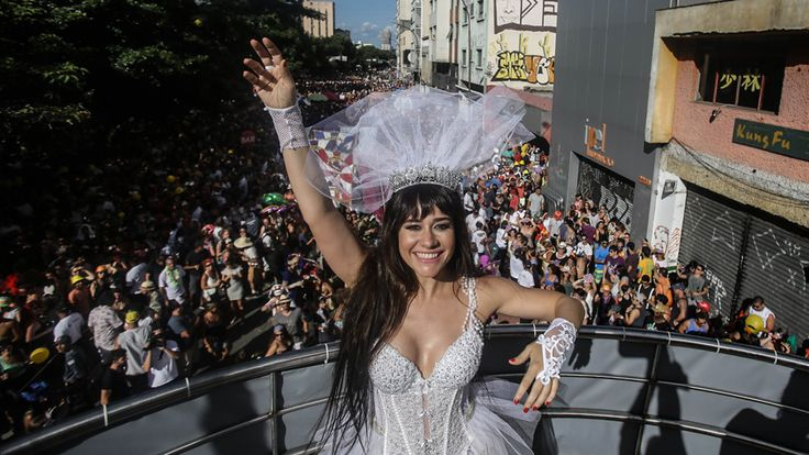 """- Vestida de noiva, a atriz Alessandra Negrini desfila no bloco """"Acadêmicos do Baixo Augusta"""", na Rua da Consolação, região central de São Paulo. Foto: Gabriela Biló / Estadão"""