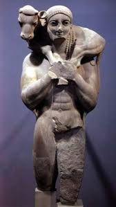 """""""Moschophoros"""", risalente circa al 570-560 a.c, trovato nell'Acropoli di Atene dove e' conservato nel museo. Fatto di marmo, alto 162cm,e' anch'esso un kuros e porta un vitello sulle spalle come sacrificio alla dea Atena. Si differenzia dai kuroi  arcaici   indossando la chlaina (mantello greco), non essendo completamente nudo. Vengono messi molto in risalto i muscoli, i capelli sono raccolti con trecce e il personaggio ha il """"sorriso arcaico"""" , lievi  striature azzurre e tracce di…"""