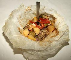 Ένα πεντανόστιμο φαγητό. Χοιρινό Κλέφτικο στη λαδόκολλα !!! Μια εύκολη συνταγή για ένα παραδοσιακό λαχταριστό φαγητό. 1 κιλό χοιρινό (λαιμό χωρίς λίπος ή π