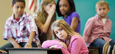 El acoso escolar es combatido  Uno de los principales problemas del acoso escolar o bullying es que la mayoría de las veces es invisible a los ojos de los profesores y padres de familia es por ello que una maestra en Estados Unidos inició con un programa que la ha ayudado a detectar los patrones de este tipo en sus aulas de clase. Un texto publicado en Readers Digest por Glennon Doyle habla sobre la brillante estrategia de una docente en Estados Unidos para detener el bullying. Su táctica es…