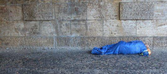 Dies war ein Freibrief für Nachahmer: Im Prozess gegen sechs junge Flüchtlinge wegen versuchten Mordes an einem Obdachlosen hat die Jugendkammer des Berliner Landgerichts erst am Dienstag Urteile wegen versuchter gefährlicher Körperverletzung verhängt. Die Vorsitzende Richterin verurteilte den Hauptangeklagten Nour N. zu einer Haftstrafe von zwei Jahren und neun Monaten.   http://www.bz-berlin.de/berlin/pankow/vier-maenner-treten-schlafenden-obdachlosen