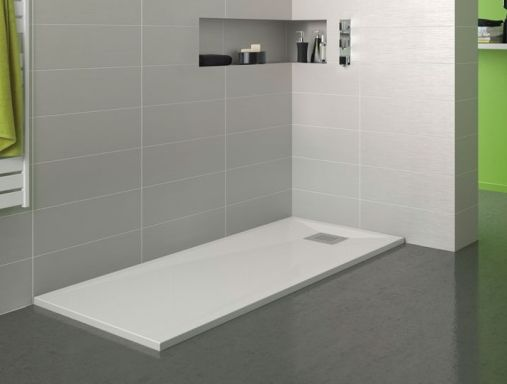 Plato de ducha extraplano de 3cm espesor y dimensiones 100x70cm, fabricado en biotec, material acrílico y resinas de altas resistencias, con desgüe plano con rejilla cuadrada cromada.