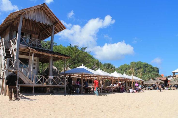 Pantai Indrayanti - Yogyakarta http://jogjaempatroda.blogspot.com/2012/02/pantai-indrayanti-panti-elok-dengan.html