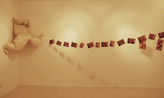 ABITARSI ANITA ARTURA AGRESTA Abito da sposa, cotone bianco, vestito, 13 stampe fotografiche, teca di legno, quadrati di stoffa,suono,anno2014 Il vestito ha la funzione di rappresentarsi come un corpo, un contenitore, una casa. Ricucito su sé stesso, aggrovigliato da fili, diventa una figura inquietante ,il quale ha funzione di espellere dalle membra di tessuto e dal suo grembo dei contenuti, un'apertura originaria tra interiorità ed esteriorità.