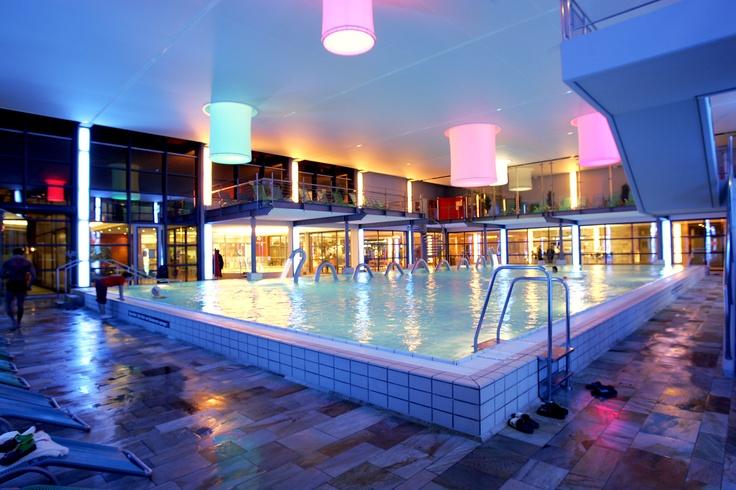 Das zentrale Herzstück der Therme Bad Steben ist die bereits vom Eingangsbereich einsehbare große Badehalle.  Immer im Wechesel sind die 15 Meter lange Sprudelschlange im Schwimmbecken oder der große, seperate Whirlpool mit einer Wassertemperatur von 36°C in Betrieb.