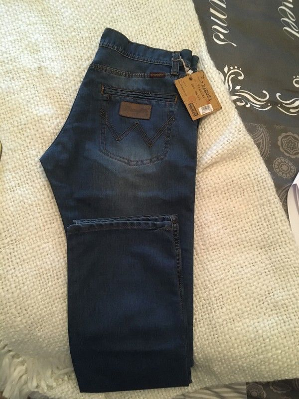 Jean wrangler homme neuf droit brut  de marque Wrangler. Taille 40 / L à 45.00 € : http://www.vinted.fr/mode-hommes/jeans-coupe-droite/55240737-jean-wrangler-homme-neuf-droit-brut.