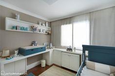 quarto de bebê branco com bege e detalhes em azul.