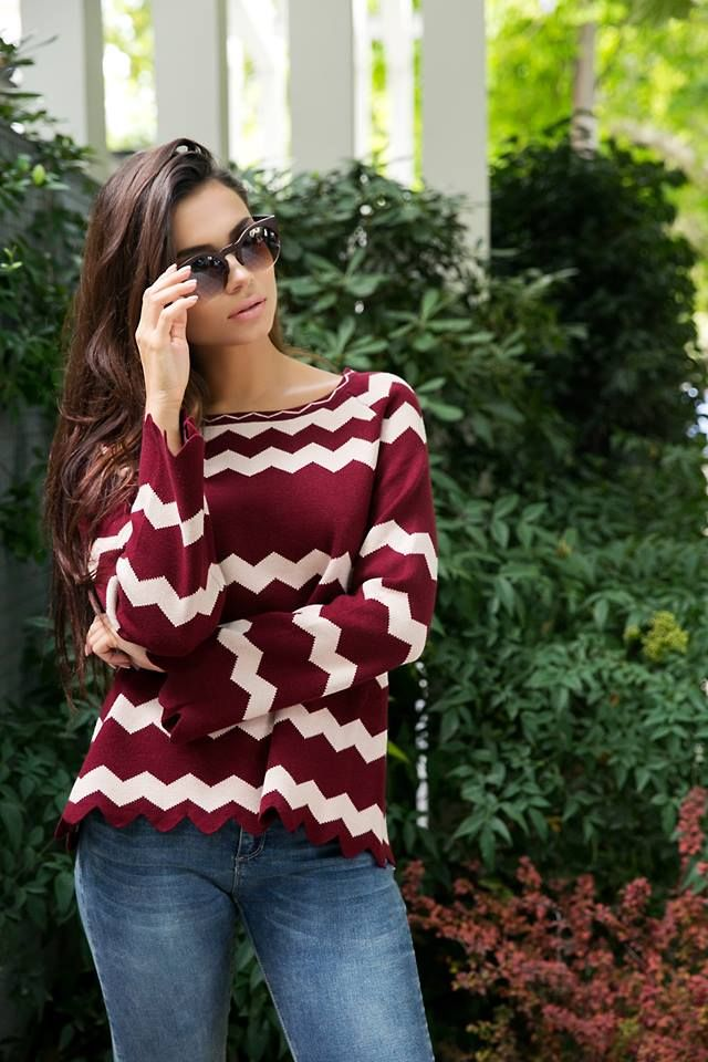Asymmetric striped knitted blouse. Round neck and long sleeves. 10% Wool. 35% Modal. 15% Nylon. 25% Viscose. 15% Polyester.