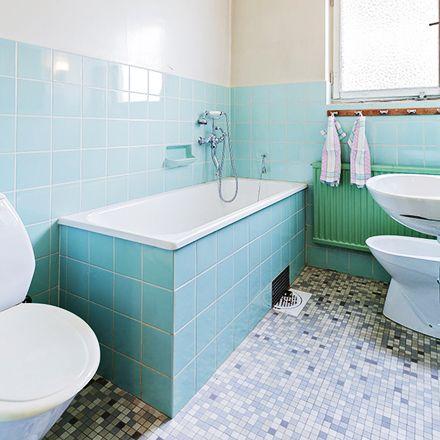 Przenieśmy się do drugiej połowy ubiegłego wieku. To bardzo klasyczny wystrój łazienki retro, przy którym zastosowano wszystkie te elementy, do których przyzwyczaił nas ten styl. Pastelowe kolory na ścianach jedynie podkreślają całą koncepcję, a nam dają idealny wgląd w czas, w którym planowano tę budowę. Jak już wielokrotnie zaznaczaliśmy, pomysł w Polsce przeniesiono do szpitali, stąd też jedynie niewielu decydowało się zastosować go także we własnym domu. #toaleta #styl ##umywalka ##retro