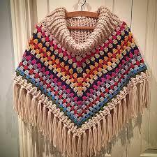 Poncho tejido íntegramente en crochet, super abrigador. Por Pamela Castañeda.