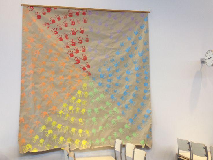 Koko koulun kädenjäljet isolla paperilla, eri värit muodostavat sektoreita.Haarlan ruokala.